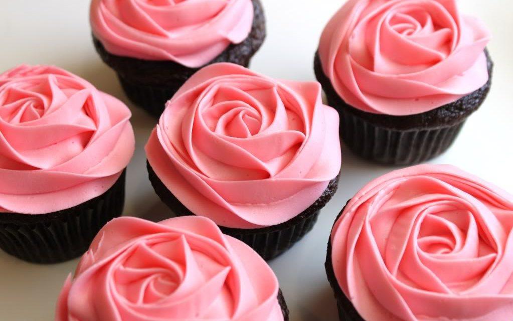 Como decorar bolos com glacê real e bicos para confeitar
