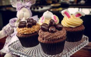 uma imagem sobre cupcake de chocolate páscoa