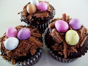 uma imagem sobre cupcake com ovinhos de páscoa