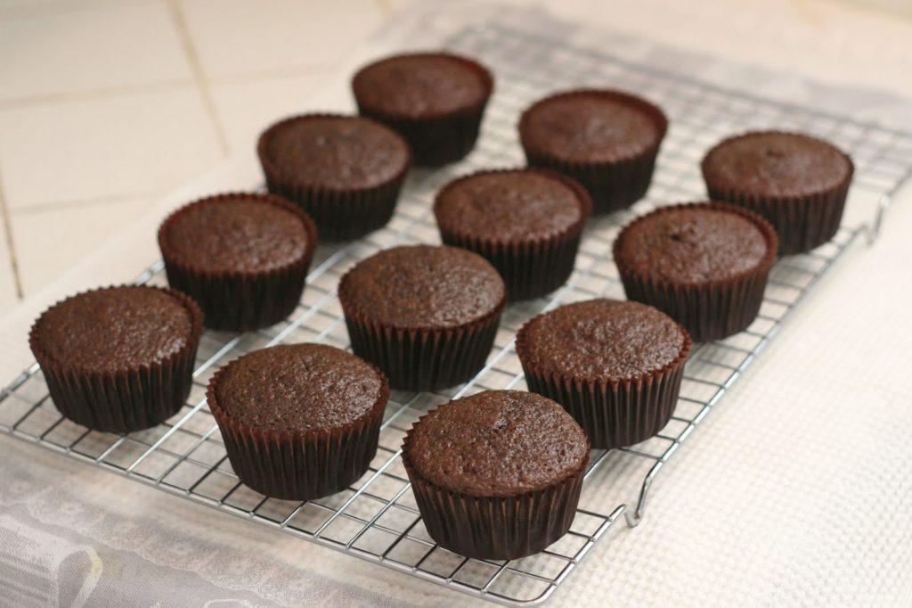 Deixe os cupcakes esfriarem em uma grade de confeiteiro (ou resfriamento)